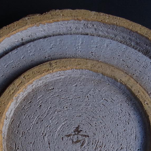 紺白釉金銀彩やり梅紋大皿